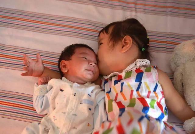 生男生女的区别,不用等到20年后,两个儿子的父母笑着笑着就哭了