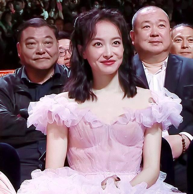 """宋茜金鹰节后飞北京,粉丝机场哭喊""""问心有愧没有输"""",谁留意她的反响?"""