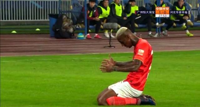 恒大5-0踢疯了!费南多后空翻!保利尼奥送飞吻!他跪地祈祷