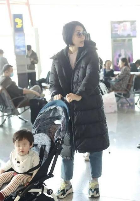 胡杏儿稀有走机场!才十月羽绒服下身穿得比儿子还多,小冤家超萌(图5)