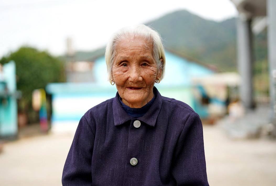 92岁奶奶每天喝三两白酒,有三个哥哥当红军,自己生育十个子女