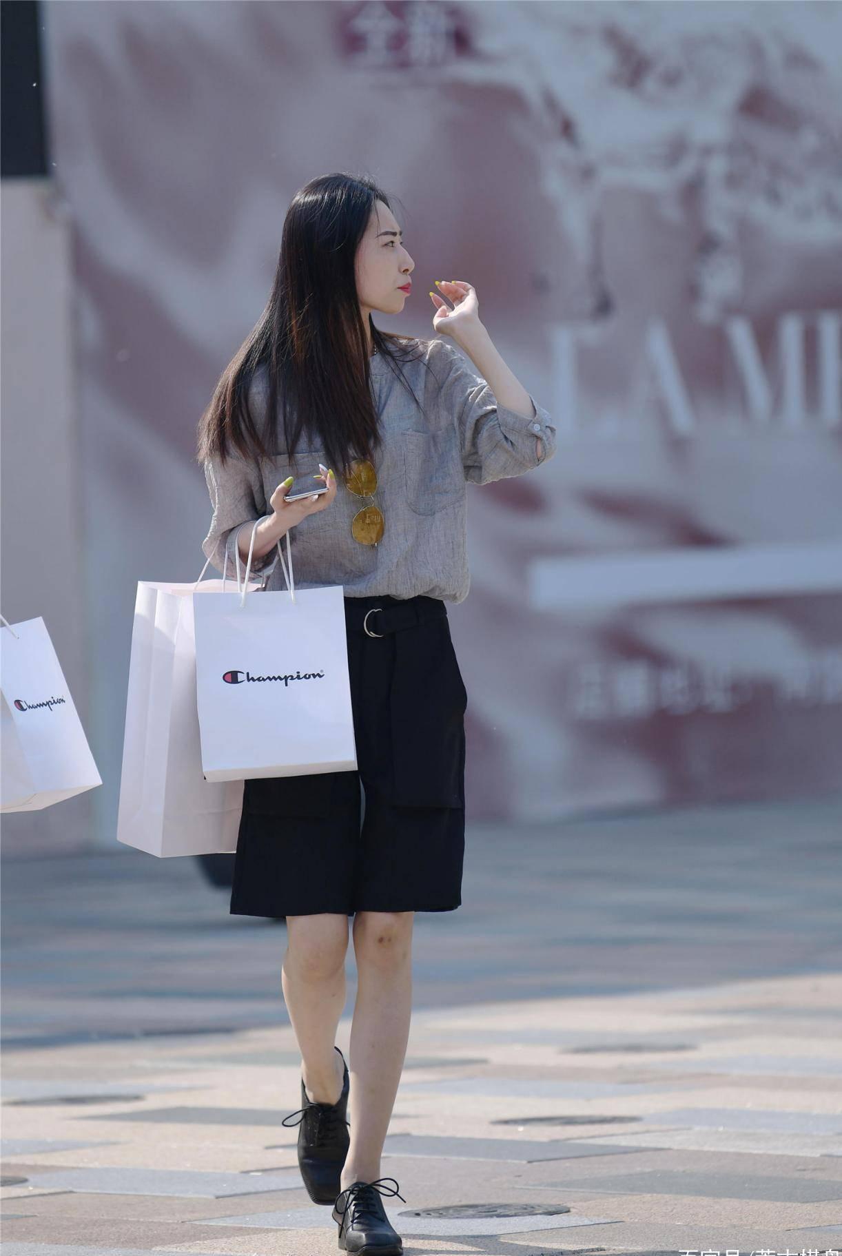 五月的北京时尚街头,穿着五分短裤的姑娘,过一个不一样的夏天