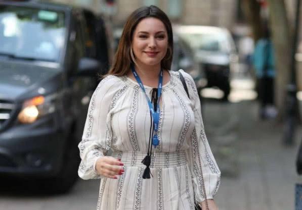 39岁女神放弃健身,体重飙升到130斤,呈现出微胖之美