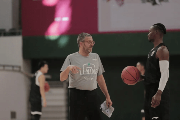 北京首钢男篮外援乔纳森-吉布森(Jonathan Gibson)按规则隔离期满