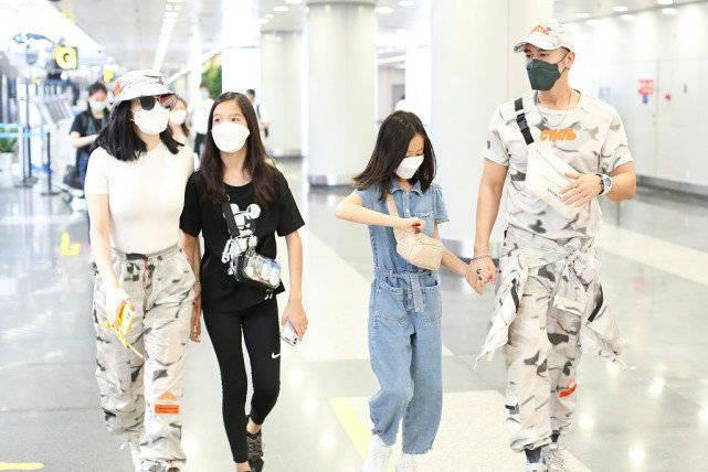 """钟丽缇携一家子到机场 个个潮装妆扮很拉风 真是时髦的一家!""""火狐体育""""(图1)"""