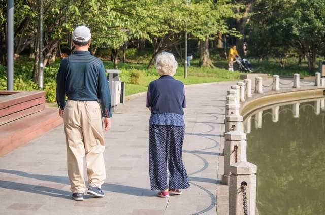 中老年人经常饭后散步,对身体有3种好处,但2个细节也要注意