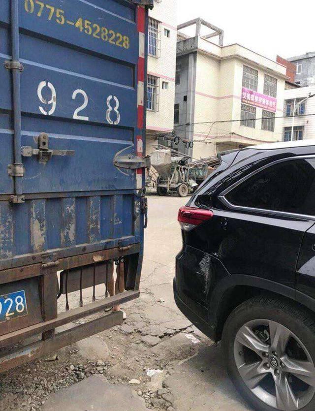 豐田漢蘭達遭大貨車轉向碰撞,網民:這可能是最牢固的日本車了