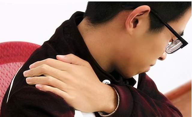 中老年人肩膀疼就是肩周炎吗?如果是能自愈吗?教您3招判断