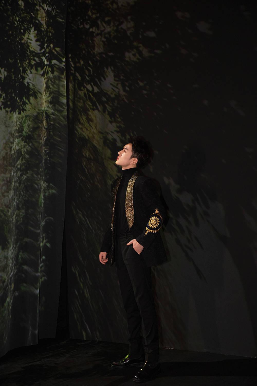 时尚主播李佳琦漫步艺术展区感觉时光与自然的馈赠