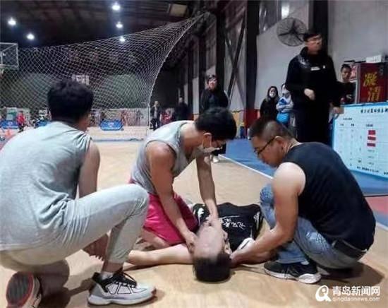 男子篮球场上突然晕倒 麻醉医生上演生死急救