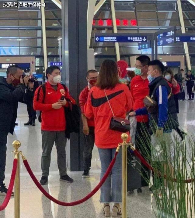 机场与国脚合影有错?可怜的上港球迷 2人被联盟直接开除会员