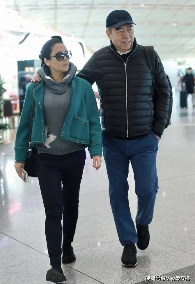 陈凯歌携妻走机场,陈红穿短外套搭紧身裤,身材略发胖也自信十足