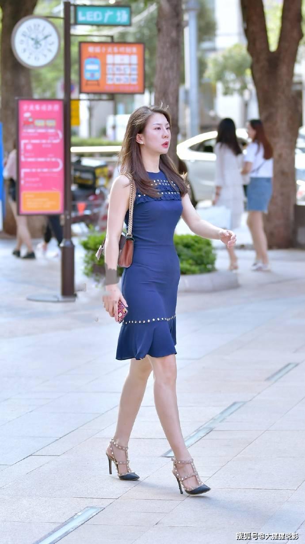 街拍:身材高挑小姐姐,连衣裙配高跟鞋,女人味十足约会的的不错