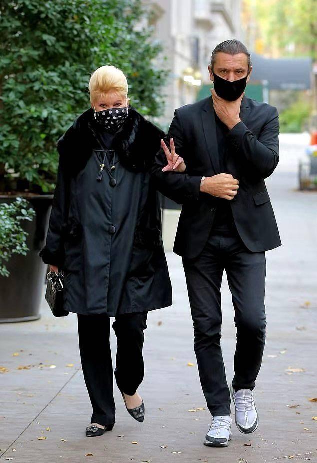 原创             特朗普71岁前妻又变美了!穿毛领大衣配波点口罩,和男友当街腻歪