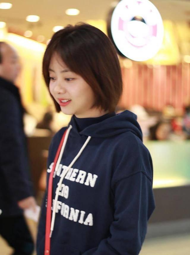 28岁谭松韵机场秀,波波头减龄10岁,网友:说她未成年我都信