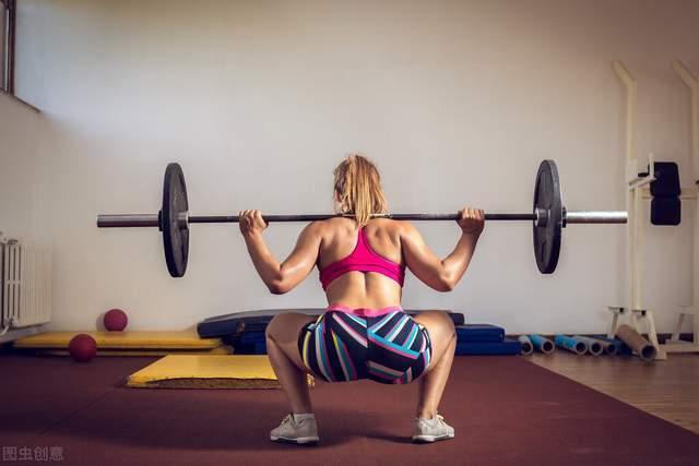 深蹲训练时,如何保持正确的姿势,持续突破重量?