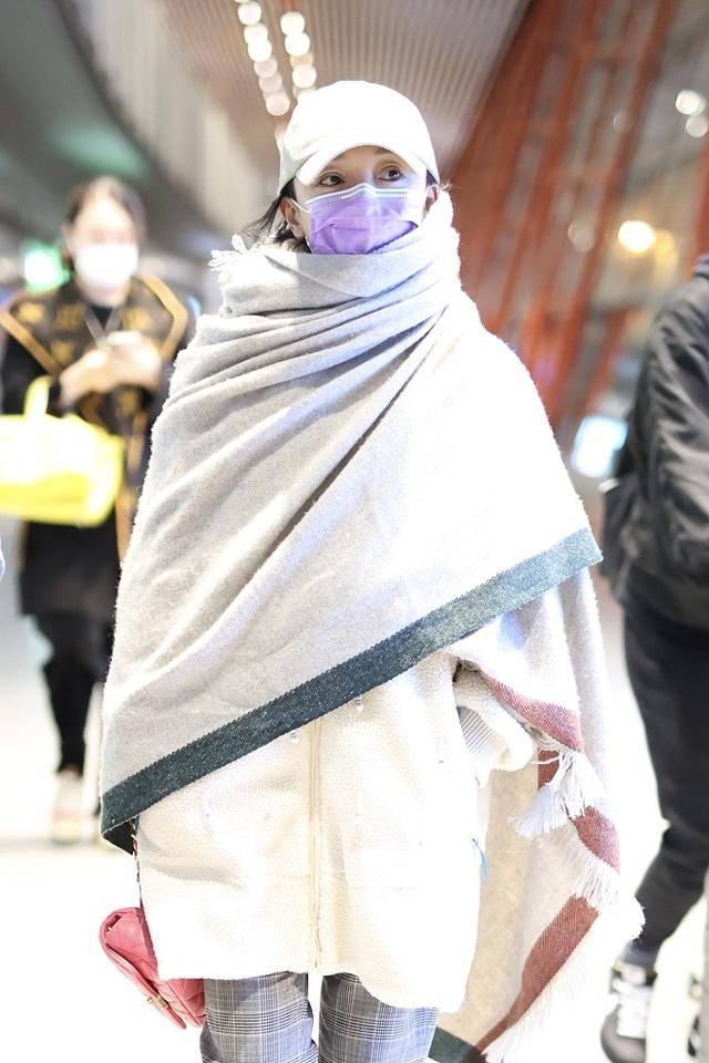 周迅机场又作妖,裹着毛巾就为了保暖,根本顾不上好看不好看!