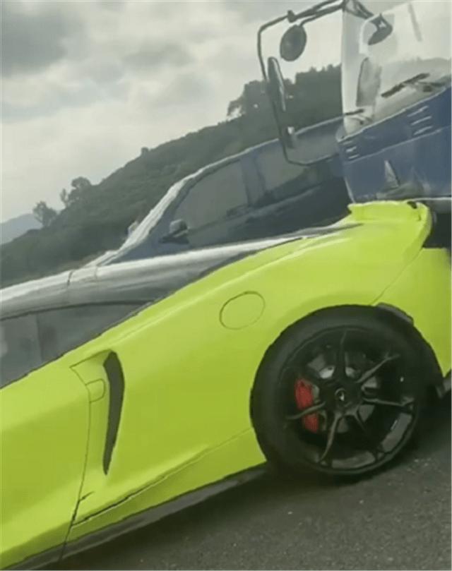 原厂迈凯轮GT前后被卡车袭击,车掉了6位数。汽车的前部仍然卡在底盘下面