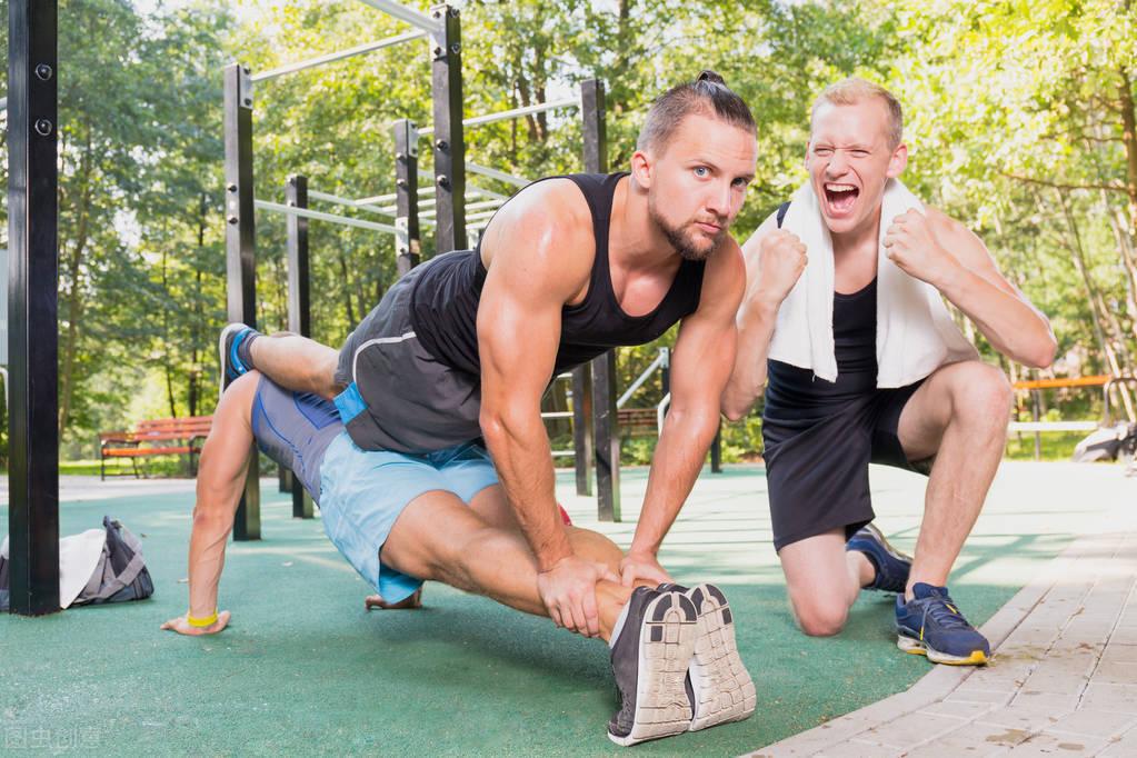 外国小哥每天做200个俯卧撑,1个月后会有什么变化?