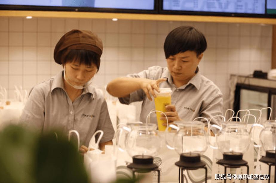 茶饮奶茶生意这么好做?武汉茶颜悦色开业,排队超8小时 (图23)