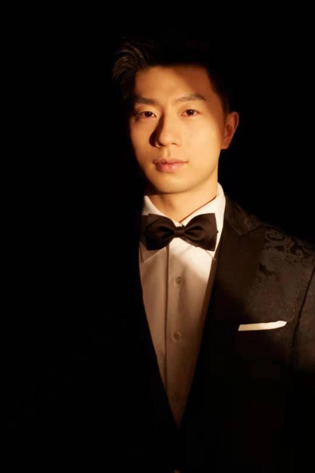马龙最新造型暗纹西装,颜值太高,比偶像还偶像,酷似成功人士!