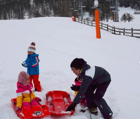 C罗女友乔治娜,现在带着四个孩子去滑雪了