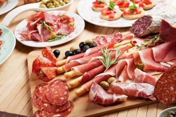 《美国临床营养杂志》:常吃加工肉和碳酸饮料,心脑血管病死亡风险上升58%