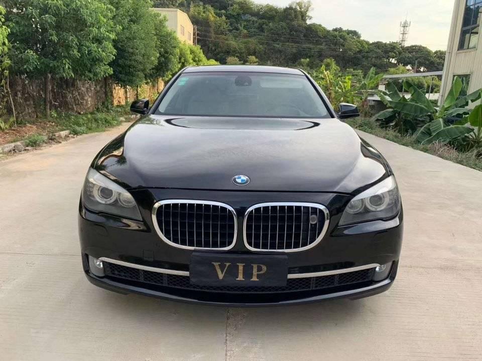 2012年,宝马750Li定价13.5万。汽车的前部非常强大,尾部的设计也很年轻