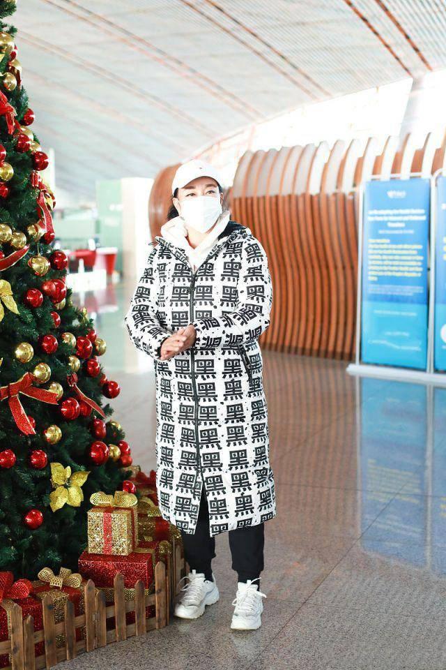 """65岁的刘晓庆是什么样的?""""黑色""""羽绒服超级有个性,50后比00后更时尚"""