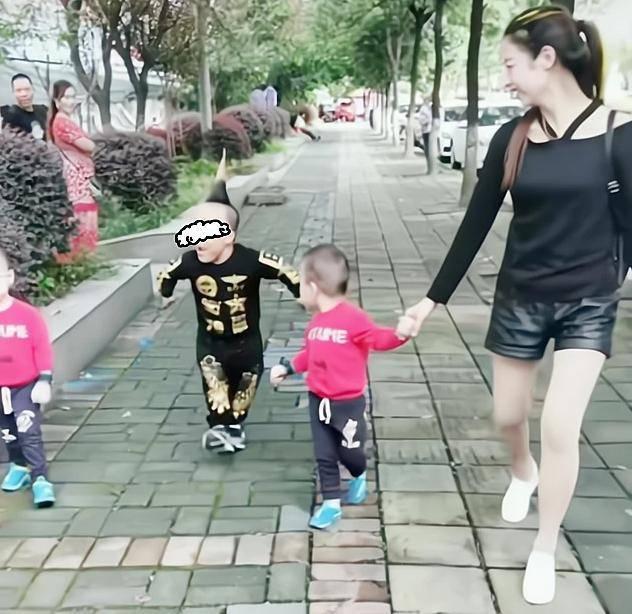 """""""袖珍爸爸""""走红,和妻子一同带双胞胎逛街,被误认是孩子"""