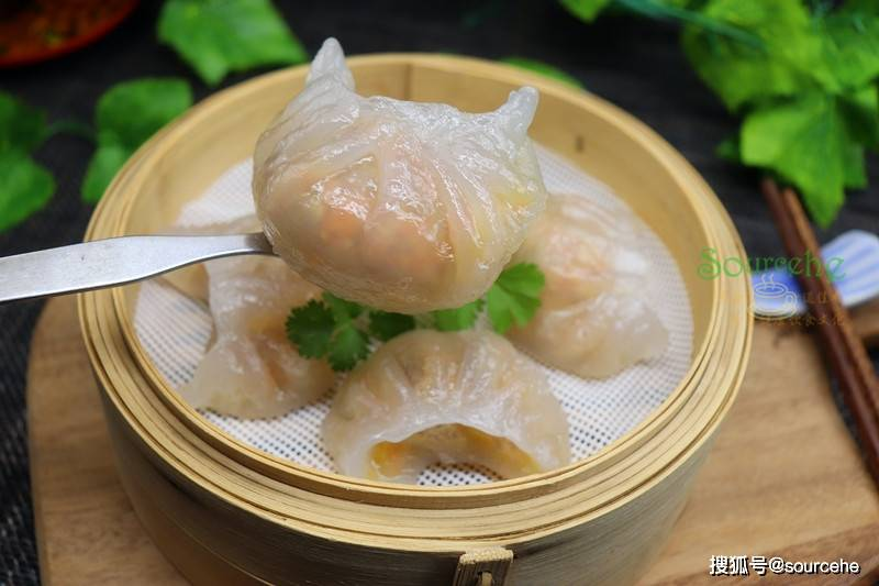 正宗的水晶虾饺做法,皮薄馅大,柔韧鲜美,晶莹剔透,好看又好吃