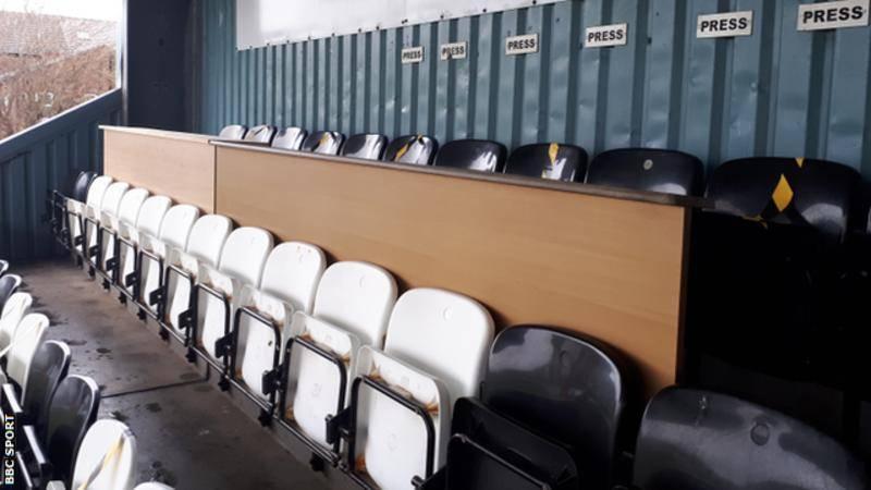 原创             热刺足总杯对手球场:更衣室平日是酒吧 穆里尼奥身后就是铁丝网