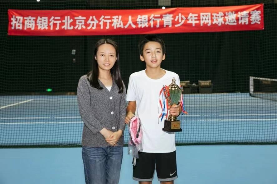 青少年网球约请赛圆满举行 12岁蒋喆小朋友夺冠 