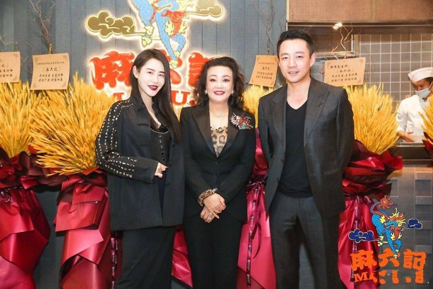 原创             张兰又为新店助阵,穿黑色西装烫卷发,颇有女企业家的气质!