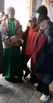 62岁杨丽萍不结婚生子,指甲太长不便搀扶老母亲,为了跳舞放弃这些值得吗  第1张