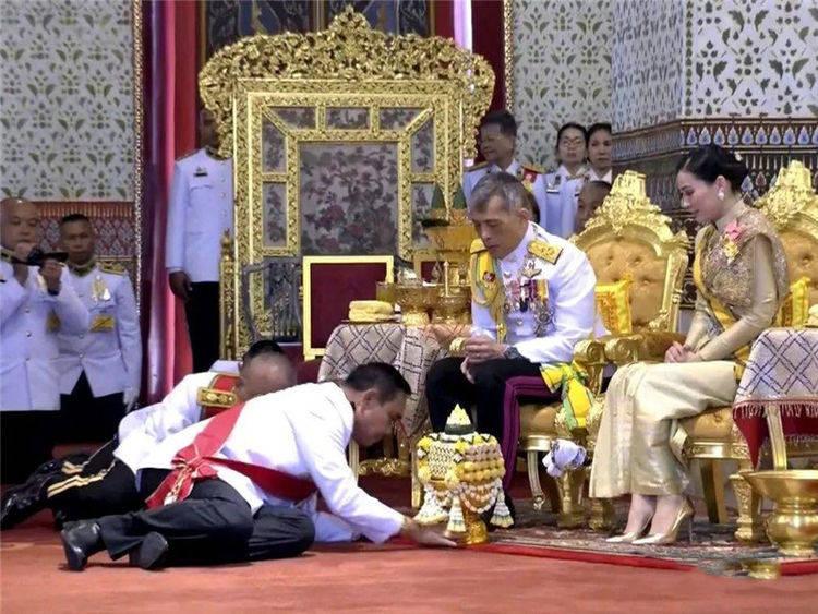 泰国群众遇到国王,必须要行跪拜礼,中国游客也需要担心