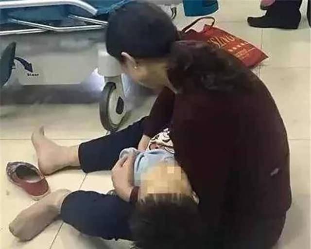 揪心!2岁男童被果核卡喉,因不懂急救方法,妈妈只能眼睁睁看着