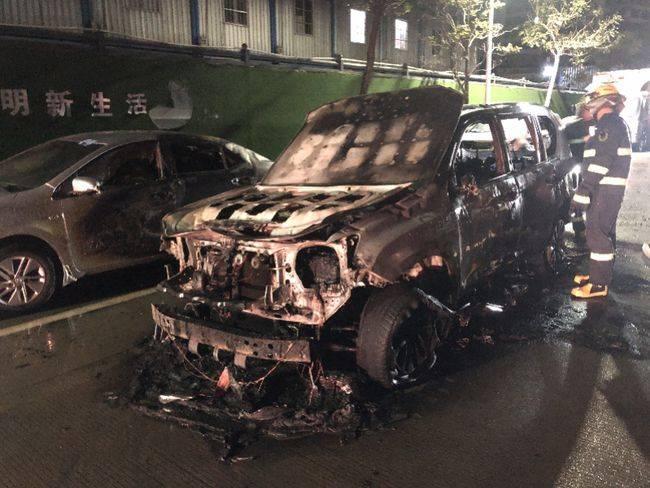 惠州一小车行驶中突然起火,当场烧成铁架
