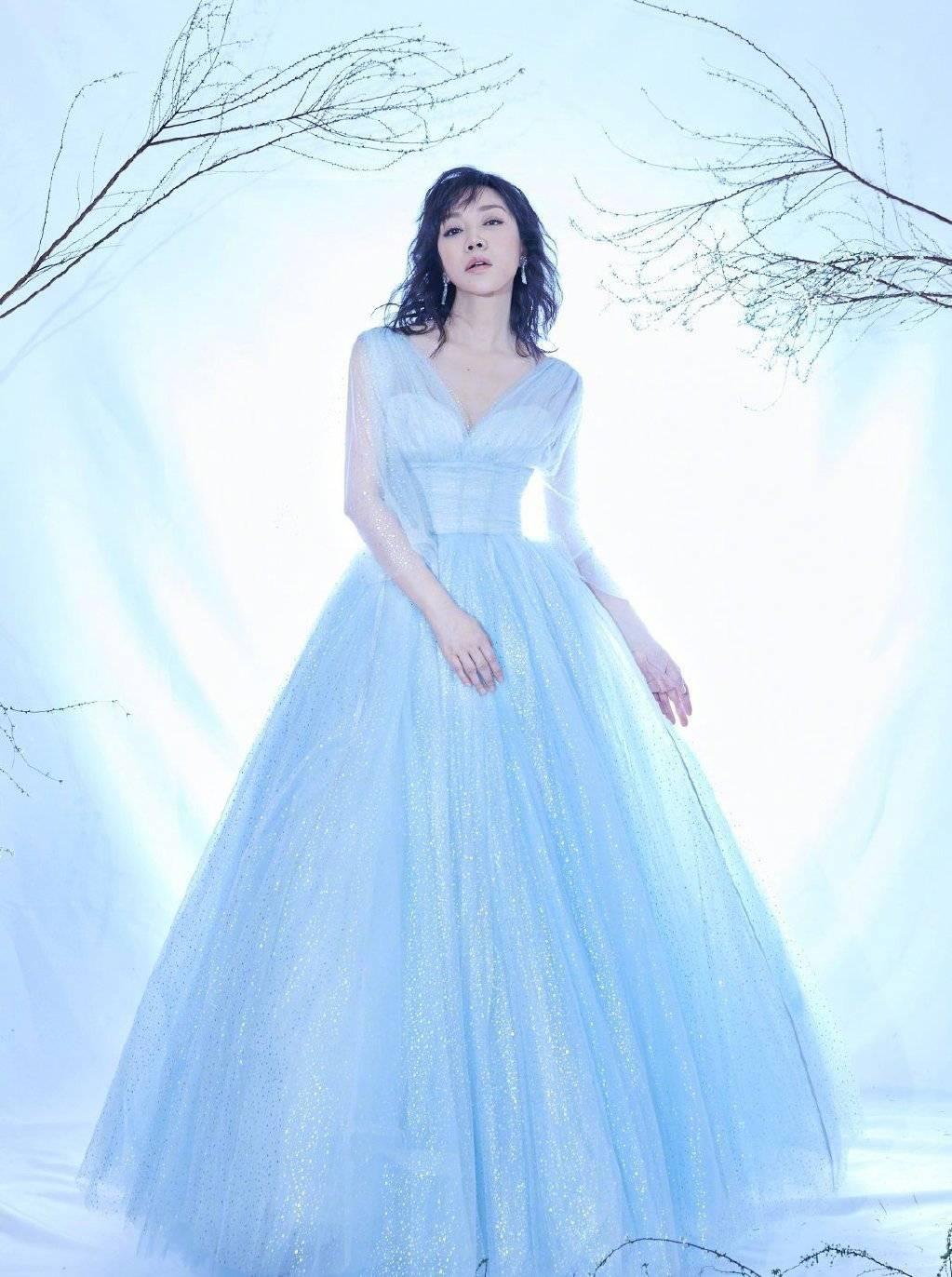 49岁闫妮气场全开,穿银河闪耀纱裙秀曲线,深V超迷人