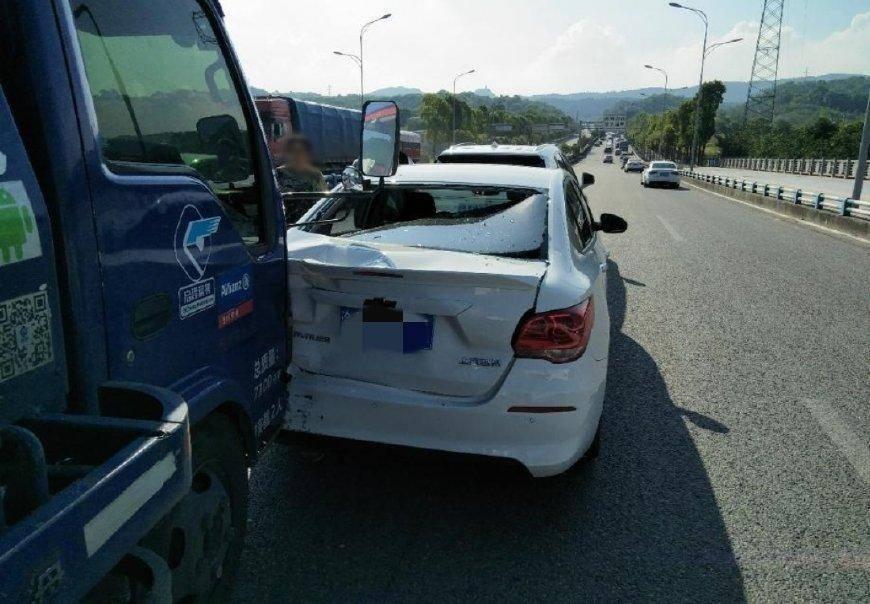 原Cavalier被拖车追后被凯迪拉克撞了。车主:真不敢相信这是10万辆车的质量