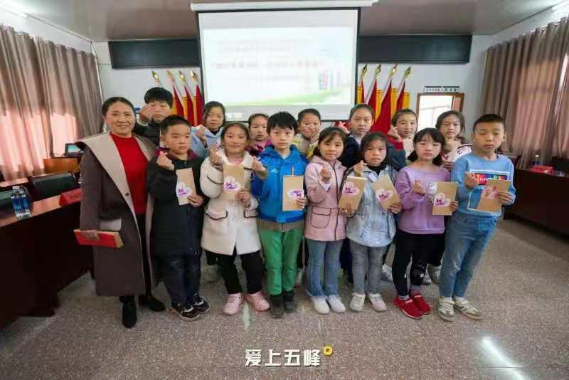 武汉东西湖红十字志愿者协会结对五峰革命老区贫困家庭,助力少儿学习成长