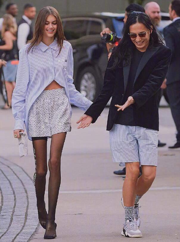 """腿精麻豆甜酷随意的时尚穿搭 实打实的""""十头身""""范本"""