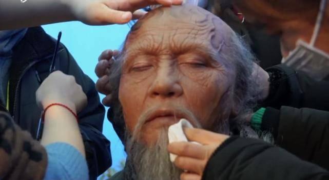 原创             郭京飞挑战特效妆,面具粘脸16小时致过敏,连眼睑都要涂胶水