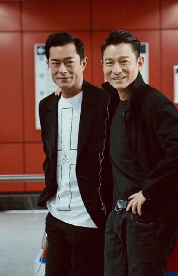 天王刘德华和谁合影都是微笑,唯独在她面前,形象都不要了图片