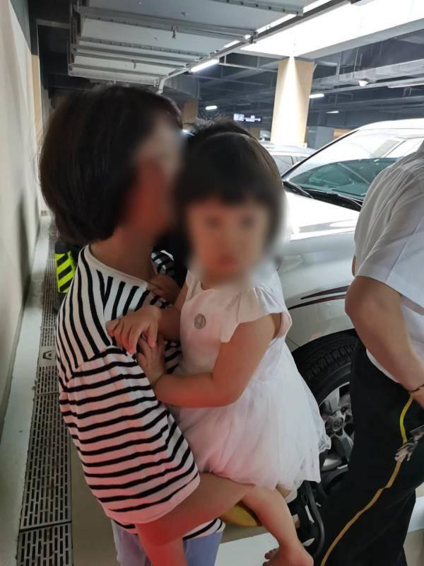 两名儿童被成功救出,你让消防破窗