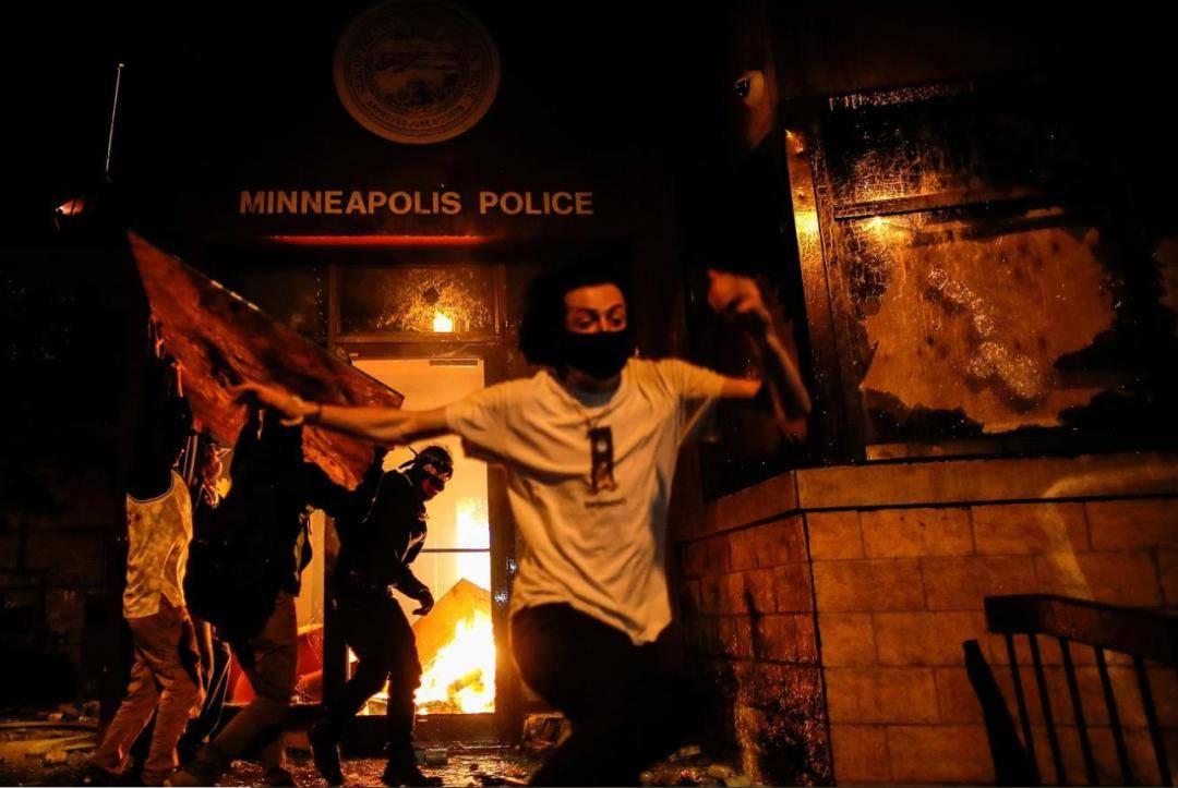 警察开枪,美国抗议者火烧警察局!纽约、洛杉矶也发生骚乱,人民日报:美式双标该破产了