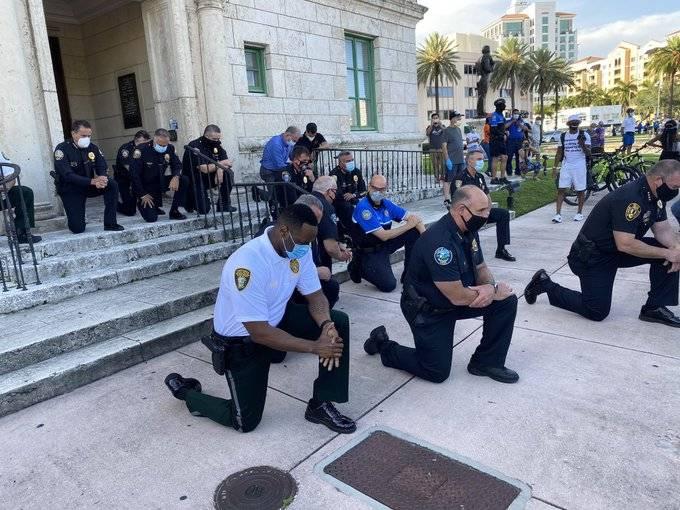 """美国警察集体向示威者""""屈膝致敬""""?美国媒体:是祈祷"""