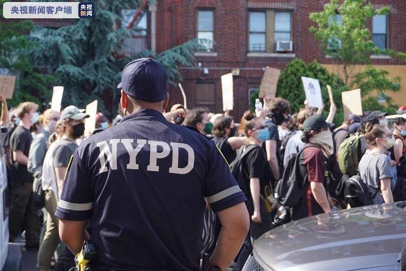 纽约市抗议警察暴力执法进入第三日 再有示威者