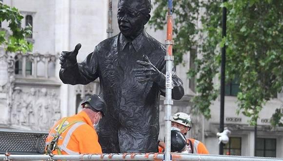 英国极右翼加入拆雕像大战:你砸丘吉尔,我毁曼德拉  span class=