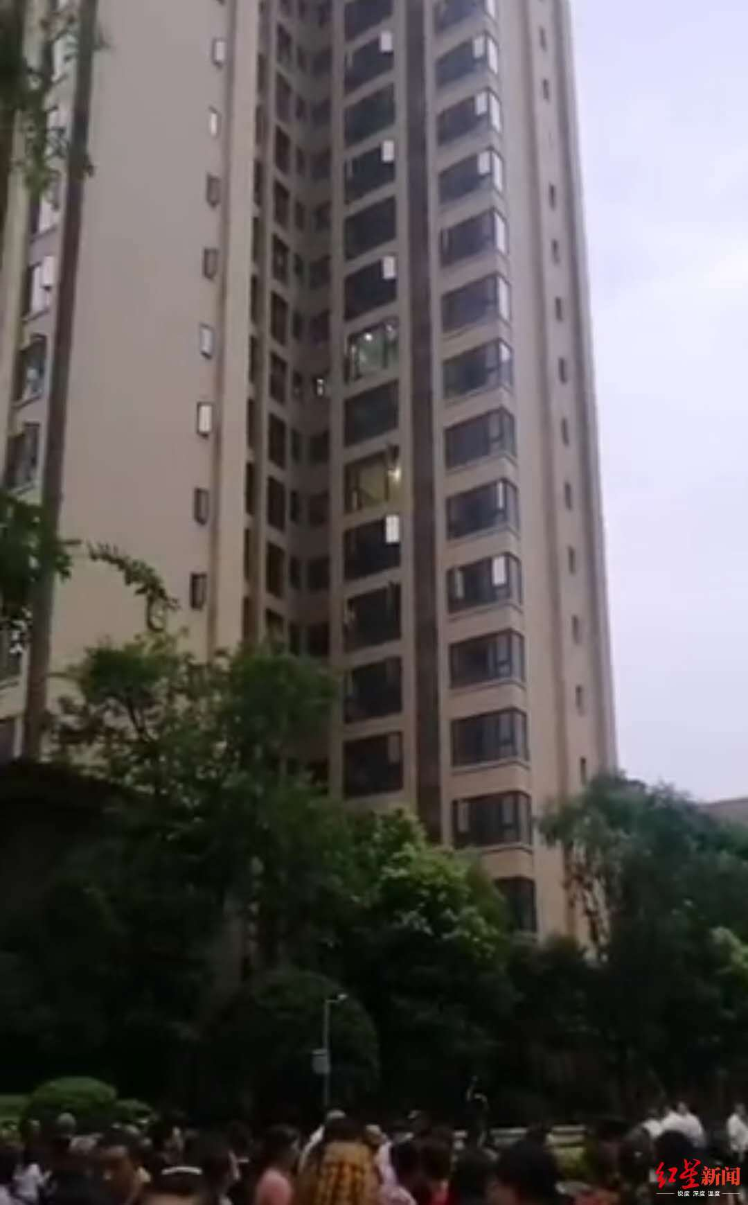 悲剧!四川内江一小区2岁女孩从32楼家中坠亡